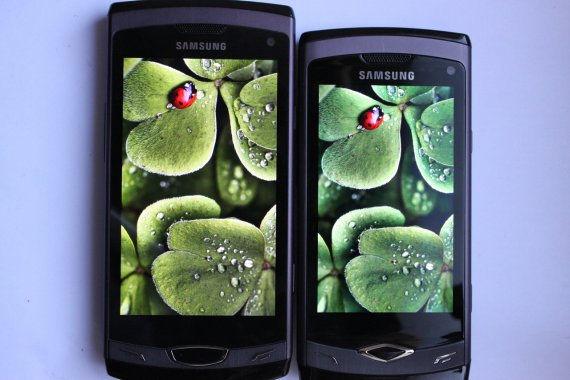 A high-quality LCD screen is on the right, and an average quality LED screen is on the left (old Samsung Wave 2 smartphones)